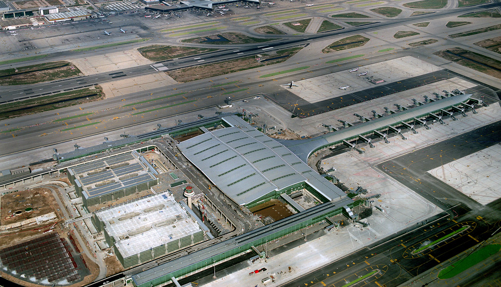 Estacionamiento de aeronaves, aeropuerto de Barcelona. España. - Copisa